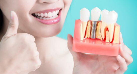 Aké sú chirurgické riziká pri umiestnení zubného implantátu?
